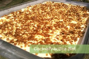 Postre helado almendrado con cobertura de maní crocante