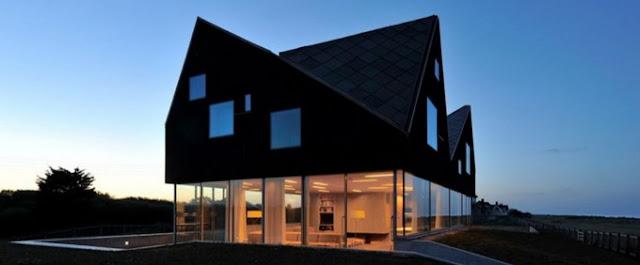 Красивый дом с стеклянными стенами