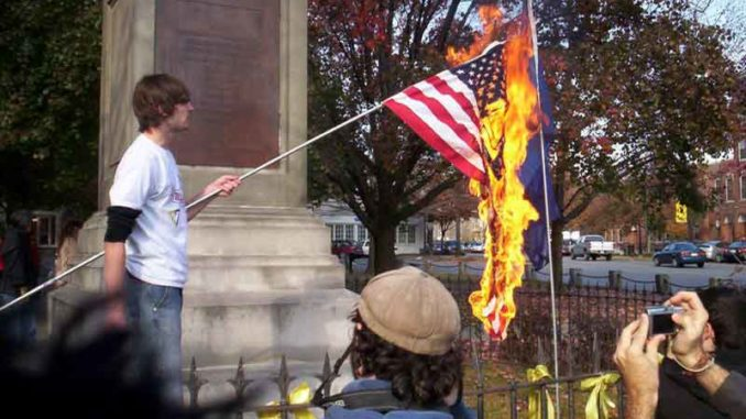 Τράμπ: «όποιος καίει την αμερικανική σημαία, θα κατηγορείται για προδοσία!»
