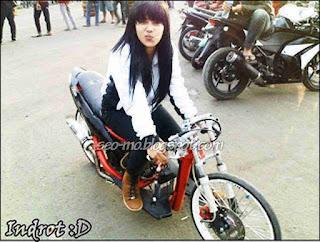 Foto Cute Indri Barbie Naik Motor Drag