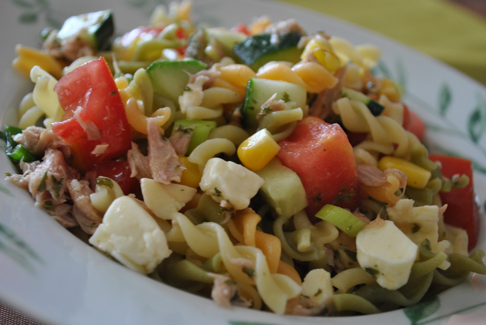 salade de p 226 tes au thon au ma 239 s et aux tomates cerises recette