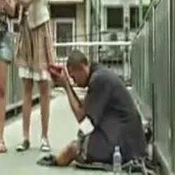 Ο απατεώνας ζητιάνος... Δείτε το συγκλονιστικό βίντεο που κάνει το γύρο του διαδικτύου!
