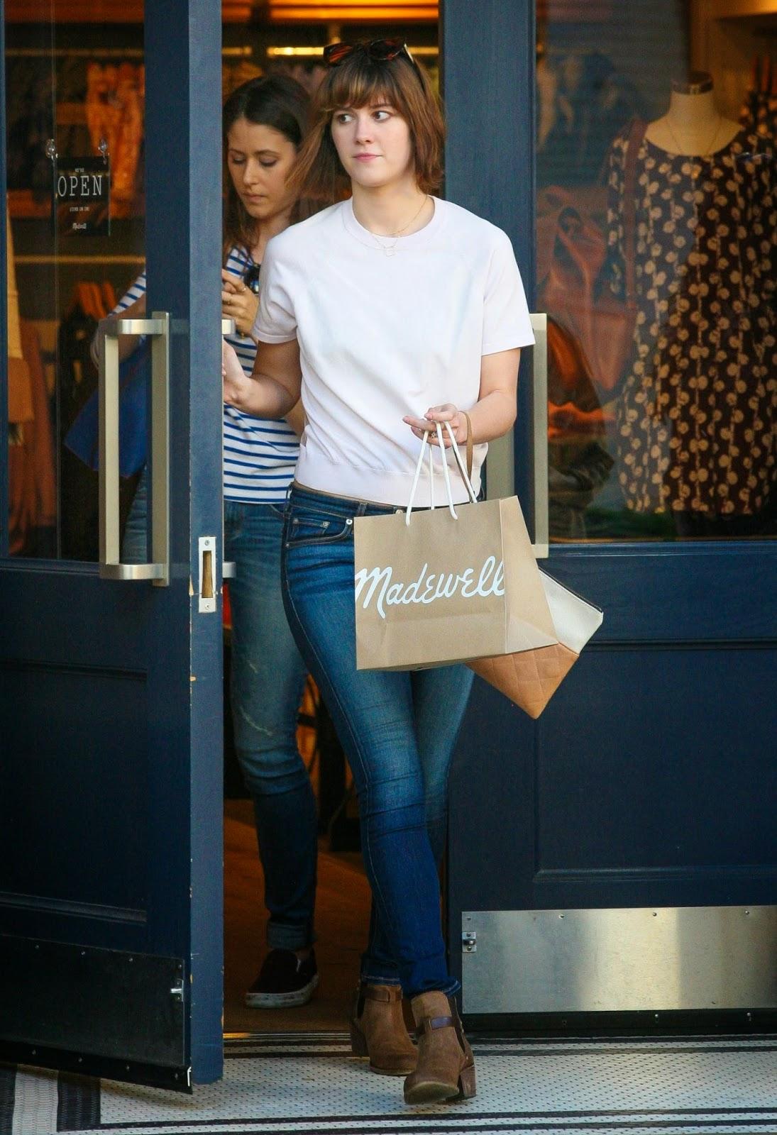 الممثلة الأمريكية ماري إليزابيث وينستد في سروال جينز ضيق خلال تنزهها ويست هوليوود