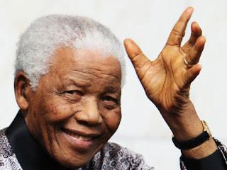 Nelson Mandela acenando