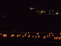 めらめらと真っ赤な送り火、ゆらゆらと川面を流れる灯篭