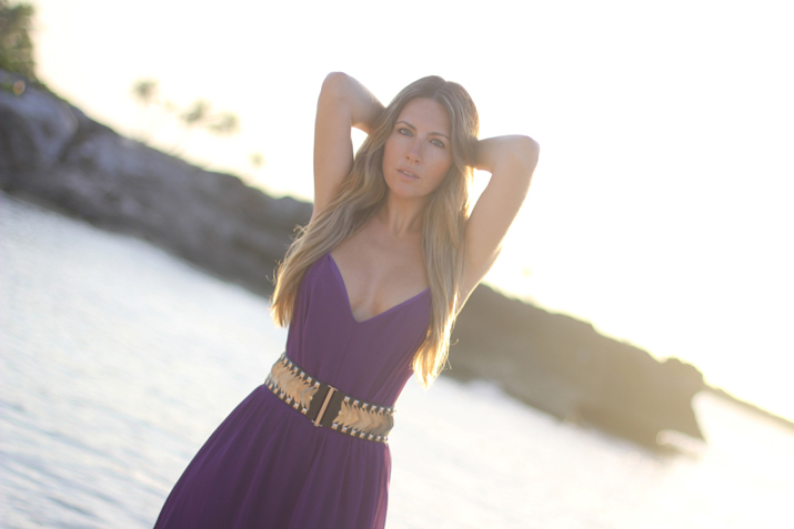 Fashion blogger Mónica Sors wearing purple dress from Lulu's and studded belt from Mango