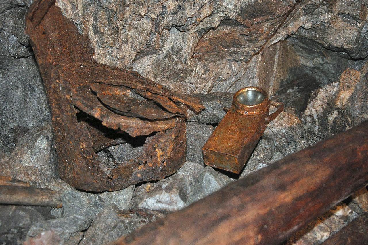 Dawno zrudziałe wyposażenie górnicze