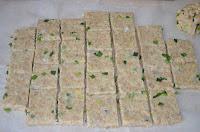 печенье с отрубями и луком: тесто порезать на квадратики