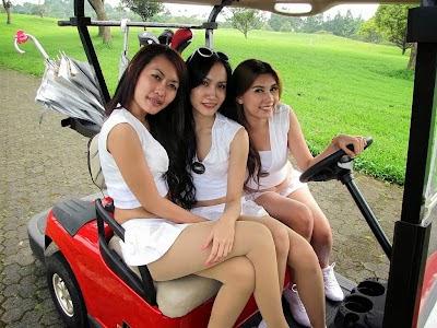 Foto Caddy Golf Cantik Seksi Serba Putih-Putih