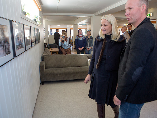 Teacher Peder Pedersen showed the photo exhibition by students at Lofoten folk high school.