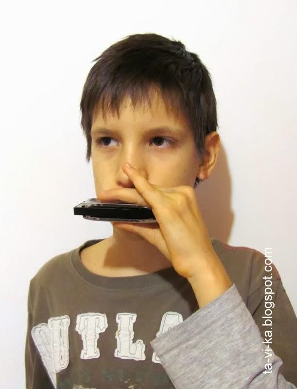 игра на губной гармошке