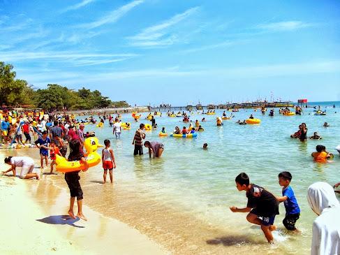 Pantai Bandengan Ramai Pengunjung