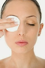 Vaseline-Removing-eye-makeup