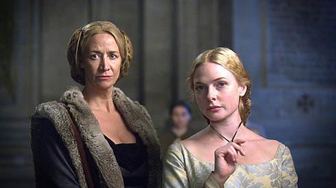 Jacquetta Woodville (Janet McTeer) and Elizabeth (Rebecca Ferguson)