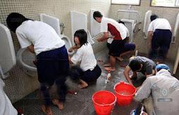 الأطفال اليابانيون ينظفون مدارسهم كل يوم لمدة ربع ساعة مع المدرسين