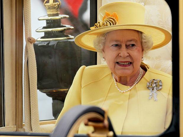 A mãe da noiva Carole Middleton usou um chapéu no tom da roupa que caiu  perfeito para a ocasião. b28227c7c4c