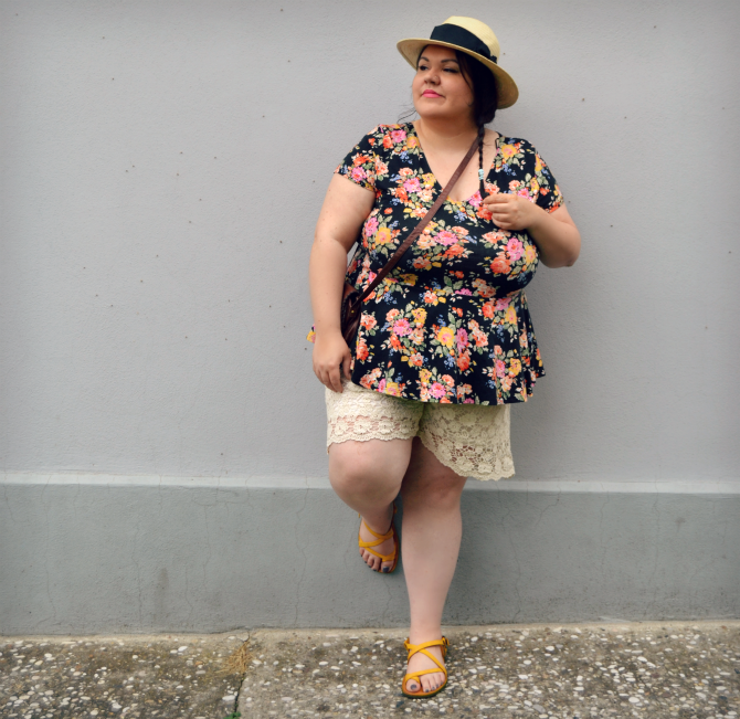 outfit plus size con shorts e top peplum