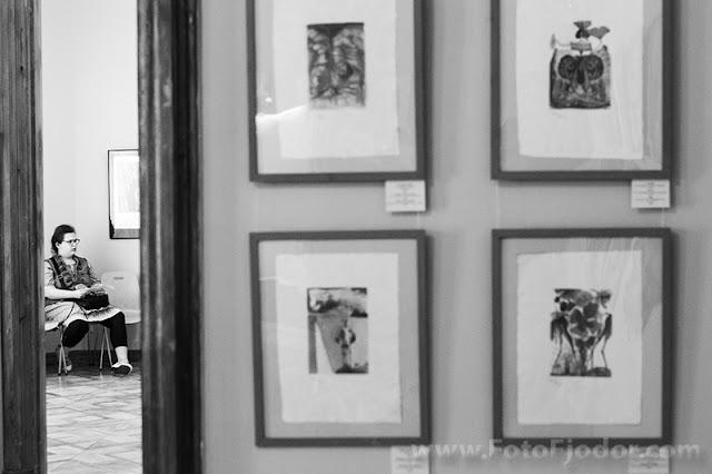 Девушка отдыхает во время выставки Сальвадора Дали
