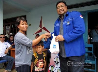 Partai Demokrat Bagikan Daging Kurban untuk Kaum Dhuafa
