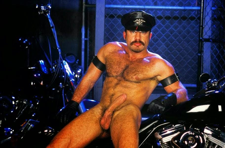 Motoqueiro bigodudo pelado - baita macho!