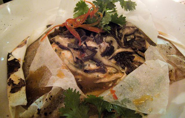 Papillote de poisson aux olives noires, coriandre, ciboulette, pommes de terre, sans gluten