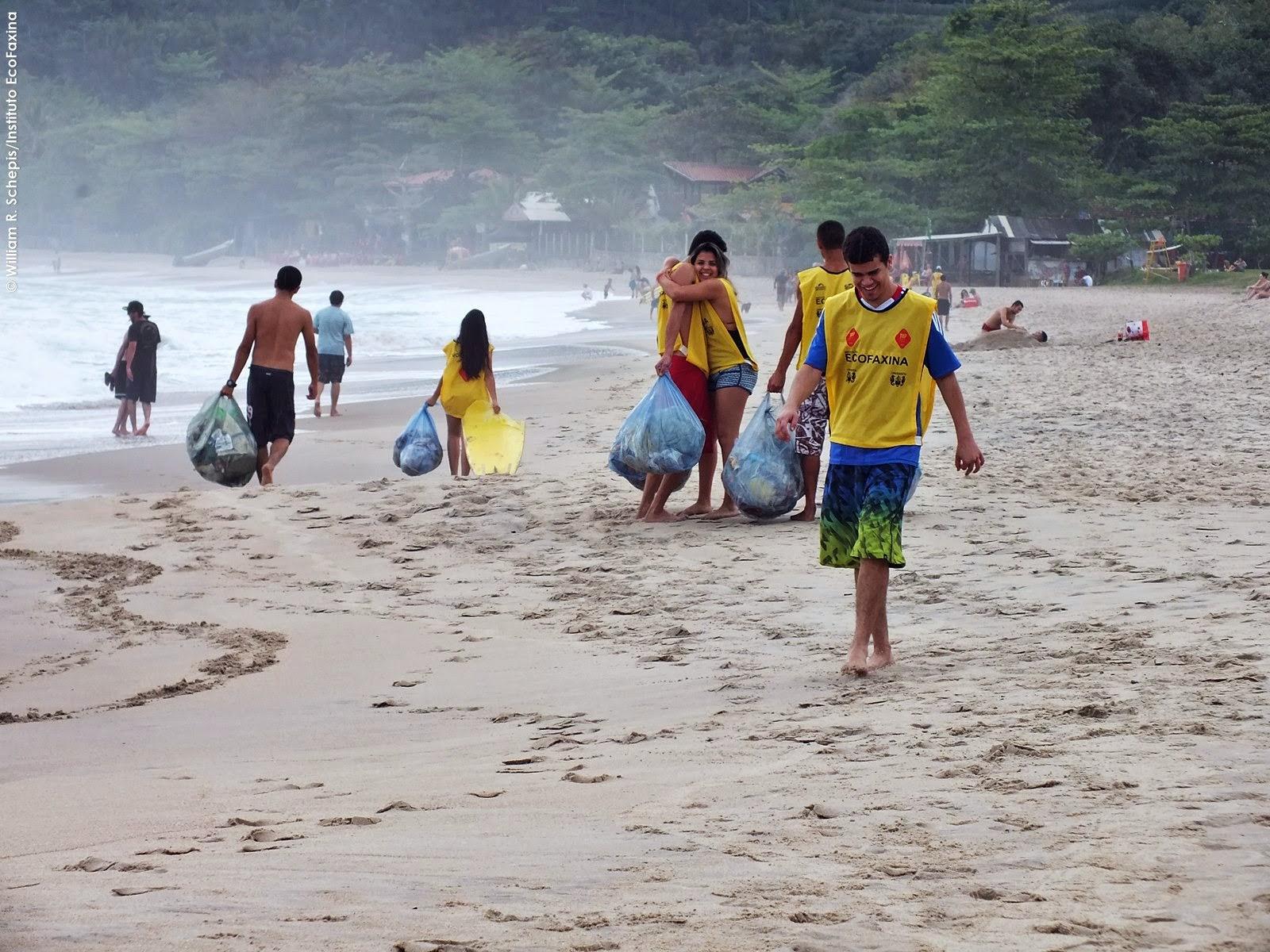 Voluntários realizaram a limpeza da faixa de areia e do costão rochoso. Foto: William R. Schepis/InstitutoEcoFaxina