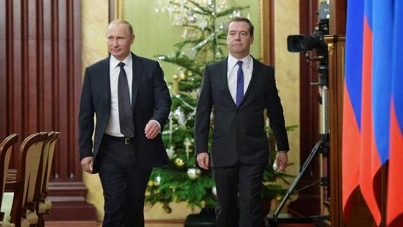 Ο Ρώσος πρόεδρος Βλαντιμίρ Πούτιν (αριστερά) και ο Πρωθυπουργός Ντμίτρι Μεντβέντεφ στη Μόσχα.