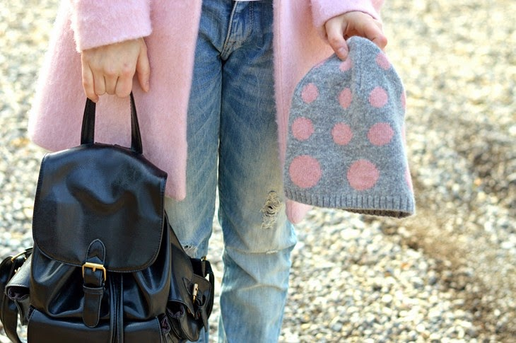 Pull and Bear pink Cocoon coat alice hannah pois beanie black backpack Boyfriend Hole Ripped Denim Jeans how to wear pink coat abbinare cappotto rosa TheSparklingCinnamon