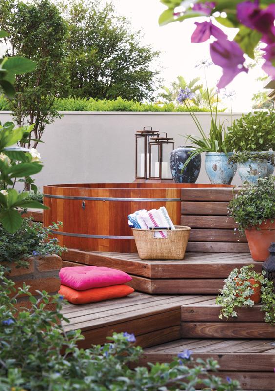 ofuro em jardim pequeno:Um deck de madeira faz o caminho até o ofurô. Além de permitir o