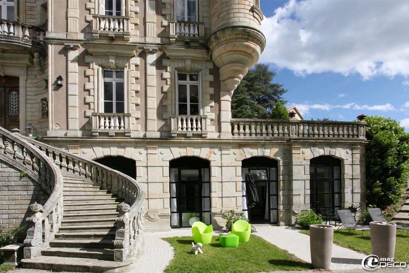 Suite Anis du Château Clément : grande chambre luxueuse de 55 m2 avec salon, ouverte sur le parc avec terrasse et rez-de-jardin privés