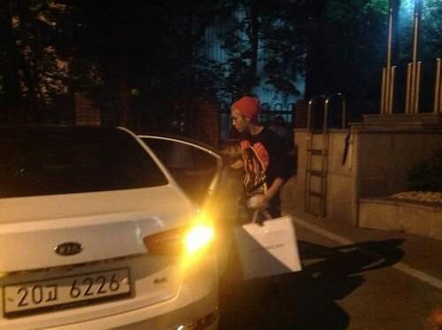 Shinee's jonghyun in front of sm building 130514_4