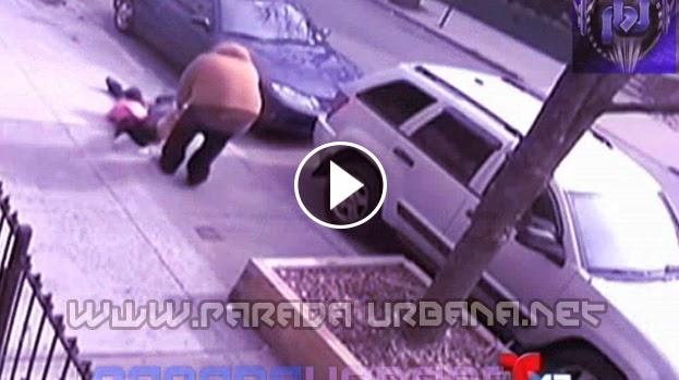 VIDEO INSOLITO -  Hombre arrastra por los Cabellos a su Mujer y niña, en Plena Calle