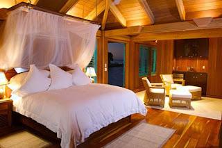 dormitorio matrimonial romántico con dosel
