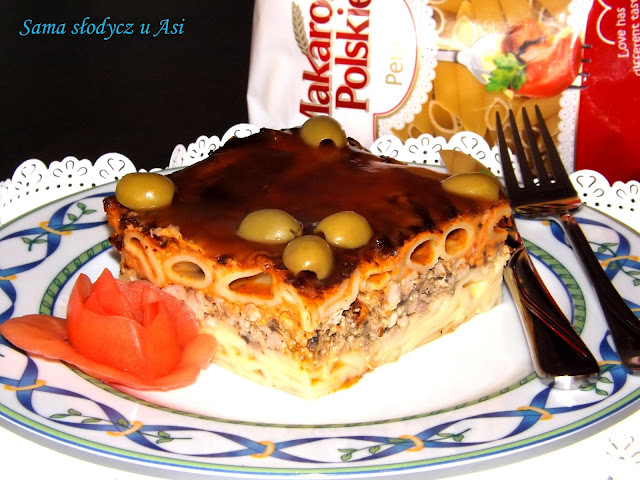 Zapiekanka z makaronem , mięsem mielonym i pieczarkami .