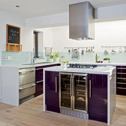 Una cocina en turquesa y berenjena - Cocinas color berenjena ...