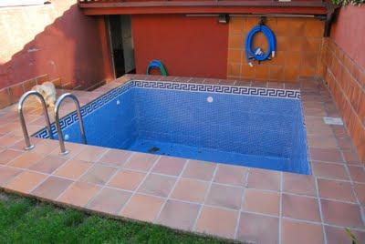 Piscines pic imagenes de piscina con revestimiento ezarri iris - Como hacer una piscina de obra ...