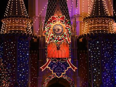 Iglesia adornada con luces de navidad