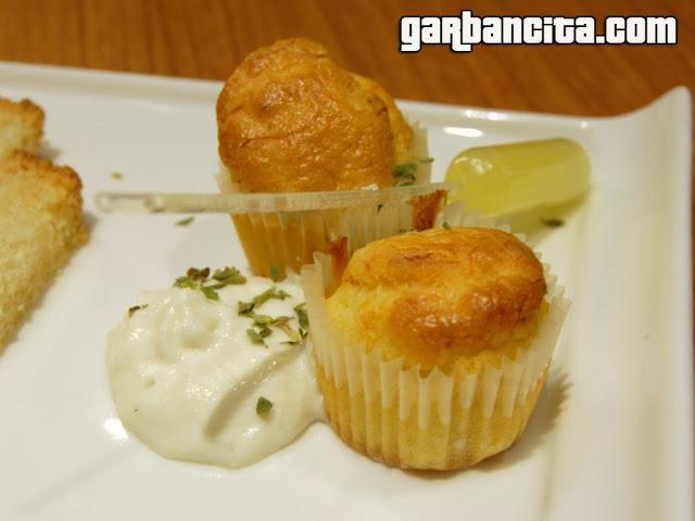 Cod cake: Magdalena de bacalao con pil-pil de algas