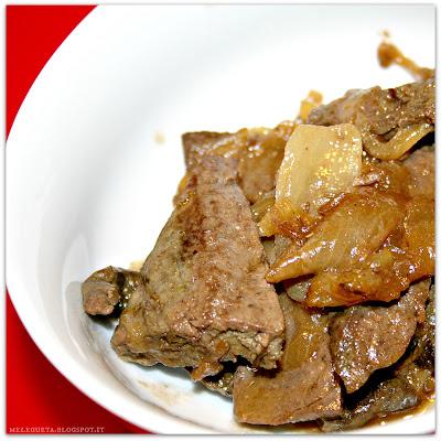 Straccetti di fegato con cipolle e  Montepulciano d'Abruzzo