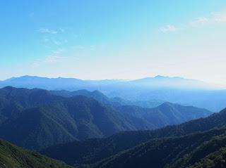 遠くの山も霞んで見えた