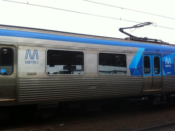 Lelaki berkopiah dalam kereta api ..... (it's all about respect)