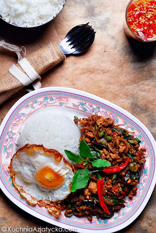 Kurczak z bazylią azjatycką i chrupiącym jajkiem - Kra Pao Gai © KuchniaAzjatycka.com