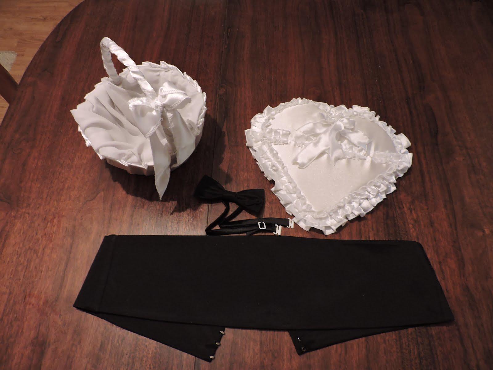 Suport pentru verighete in forma de inimioara, cosulet, papion si brau.