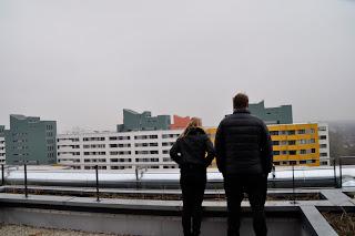 Zwei Menschen vor der Skyline MVs
