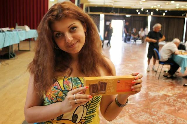 La grand-maître ukrainienne Evgeniya Doluhanova aime les biscuits au chocolat en forme de pièces d'échecs - Photo © Chess & Strategy