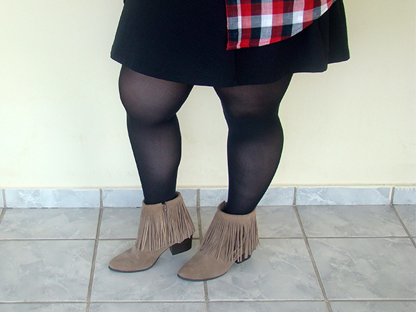 Look do dia country plus size estilo cowgirl moda ootd fashion curvy gordinha camisa xadrez vestido preto bota de franjas