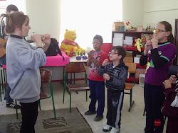 Cantando e imitando sons e instrumentos musicais