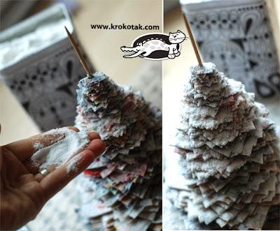 Árvore de natal com reciclagem de jornal ou caixas
