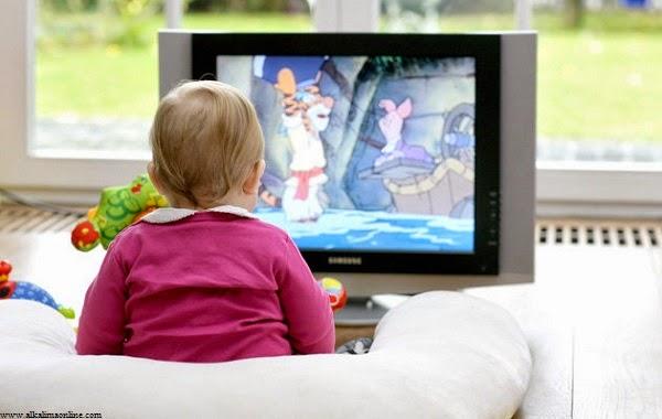 Photo bébé fille regarde la télé