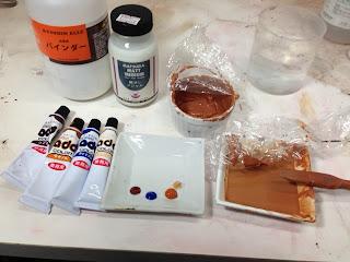 この場合、靴専用の水溶性塗料(アドカラー)を用いて再塗装を試みます。混ぜ合わせて色を作り皮革用バインダー(密着性を高める溶剤)と艶をコントロールする